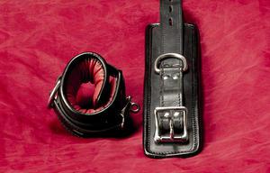 Låsbara röd vadderade läderhandbojor